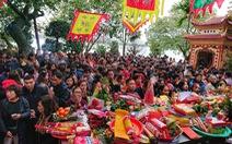 Người dân nô nức lễ chùa đầu năm, đường ven Phủ Tây Hồ chật cứng
