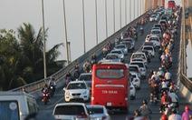 Mùng 2 Tết: Xả trạm liên tục, cầu Rạch Miễu vẫn kẹt xe nghiêm trọng