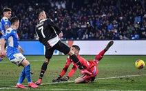 Ronaldo ghi bàn nhưng Juventus vẫn bại trận
