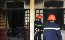Thanh niên nghi ngáo đá, tự đốt nhà mình rồi cố thủ luôn trong nhà