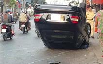 Xe ôtô ngã 'chổng vó', 3 người may mắn thoát chết