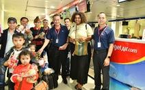 Dàn lãnh đạo Vietjet bất ngờ xuống sân bay chào đón hành khách năm mới