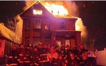 Đội cứu hỏa bị điều tra vì chụp ảnh selfie trước tòa nhà bốc cháy