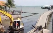 Chính quyền dỡ cầu cảng Hàm Ninh vì không đảm bảo an toàn, dân tụ tập phản đối