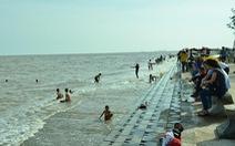 Cứu 5 trẻ bị đuối nước khi tắm biển Ba Động