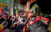 Hội Gióng ở đền Sóc: Một tay đưa tiền lễ, một tay xin tán lộc