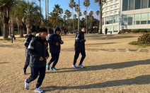 HLV Park tặng quà cho tuyển nữ Việt Nam khi đặt chân đến Hàn Quốc