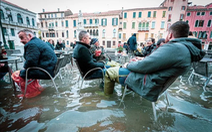 Nữ phóng viên quẩy balô vào Venice ngập trong biển nước