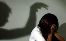 Yêu râu xanh vờ xin nước để hiếp dâm, cô bé 15 tuổi chống trả quyết liệt