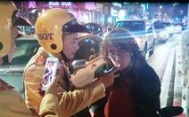 Khách nước ngoài dừng xe gảy đàn bị CSGT yêu cầu thử độ cồn