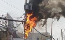 Cột điện ven quốc lộ ở TP.HCM bốc cháy ngùn ngụt kèm theo nhiều tiếng nổ