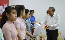Phó thủ tướng Trương Hòa Bình trao quà tết cho công nhân Quảng Nam
