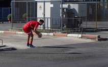 Cầu thủ U23 Triều Tiên chạy ra đường nhặt bóng trong buổi tập 'lộ thiên'