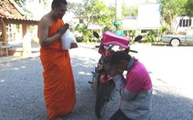 Bắt trend cực nhanh: nhà sư Thái Lan ban phước lành qua cuộc gọi video