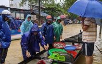 Lũ ngập ao nuôi, dân đẩy xuồng ra phố bán tháo cá tôm