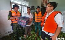 Đội mưa chở mì tôm tiếp tế các hộ dân vùng lũ Hải Lăng