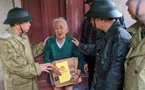 Tư lệnh Quân khu 4 lội nước lũ trao gạo và mì gói cho dân