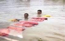 Nhóm buôn lậu cho hàng vào bao nilông, dìm xuống nước rồi kéo qua sông