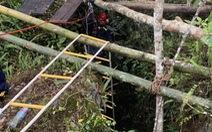 Chiến sĩ đu dây, đưa thi thể nạn nhân rơi xuống hang sâu 150m lên mặt đất