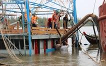 Trục vớt tàu tìm hai cha con mất tích khi chìm tàu cá trên sông Trường Giang