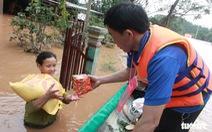 Hàng cứu trợ của Tuổi Trẻ vào nơi không còn thấy đường nào trên mặt nước