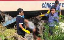 Băng qua đường ray, xe công nông bị tàu hỏa tông văng 10m