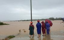 Khẩn cấp cứu 2 người mắc kẹt trên cồn nổi giữa sông Hiếu vì nước lên quá nhanh