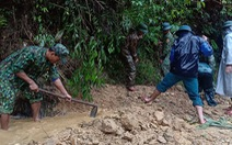 Bộ đội cõng mì chính, mắm muối vào ngôi làng 'mất tích'