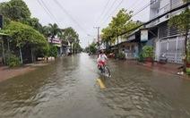 Cà Mau: 2 huyện cho học sinh nghỉ học vì đường bị ngập kéo dài
