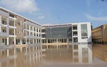 Trường mới xây, chưa bàn giao nhưng cứ mưa lại ngập lút sân