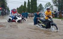 Công an, dân phòng Cần Thơ ra đường đẩy xe giúp dân 'vượt' triều cường