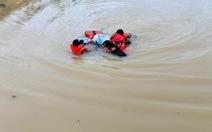 Vợ sắp sinh, nhà ngập vẫn hết lòng lao ra biển lũ cứu dân