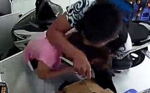 Cầm dao đe dọa, buộc cô gái chuyển 30 triệu vào tài khoản