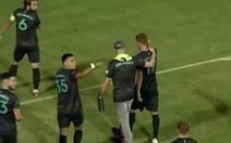 Đang thi đấu cả đội bỗng dừng cuộc chơi, rời sân vì bị 'kỳ thị đồng tính'