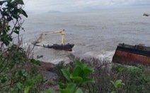 Tàu hàng trôi dạt bị sóng biển  đánh gãy đôi, Huế lo ứng phó sự cố tràn dầu