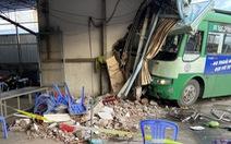 Xe buýt tông vào nhà thuốc, một người gãy chân