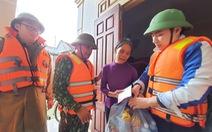 Quà bạn đọc báo Tuổi Trẻ vượt biển nước đến tay người dân Hà Tĩnh