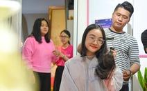 Cảm động bạn trẻ Sài Gòn 'cắt phăng' mái tóc gửi tặng bệnh nhân ung thư