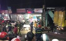 NÓNG: Sau tiếng nổ, xe tải tông xe 7 chỗ, nhiều xe máy rồi lao vào nhà dân, ít nhất 3 người chết