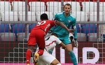 Video: Mắc sai lầm, Neuer vẫn kịp lùi về cản phá ngay sát vạch vôi