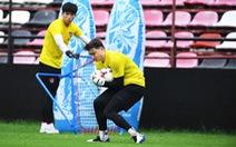 Văn Lâm phản xạ 'nhanh như điện' cứu thua cho Muangthong United