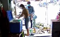 Xem clip giả đò hỏi mua dừa, kéo dài thời gian để bé trai trộm điện thoại