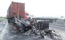 Va quẹt nhẹ, đầu kéo container cháy thành tro trên cao tốc TP.HCM - Trung Lương
