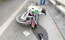 Một thanh niên 23 tuổi bất tỉnh bên xe máy và vũng máu trên cầu