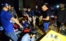 Người dân Quảng Ngãi xếp hàng mua đèn cầy, máy phát điện