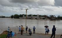 Sau hứng bão, dân Quảng Ngãi tiếp tục chống lũ
