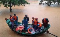 Khen thưởng đội thuyền của ngư dân vùng biển Ngư Thủy cứu dân vùng ruộng trong lũ lụt ở Quảng Bình