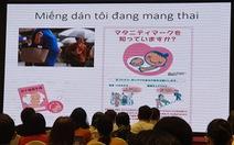 Phụ nữ mang thai gắn miếng dán 'Tôi đang mang thai' trên nón, túi xách để tránh tai nạn