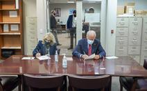 Vợ chồng ông Biden đi bỏ phiếu sớm, 74 triệu người Mỹ đã đi bầu