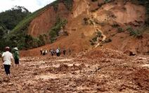 Hàng ngàn khối đất lở xuống Tây Giang, gia đình 9 người may mắn thoát nạn